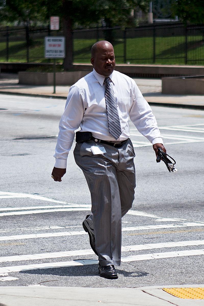 Ein Mann geht über die Straße