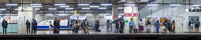 Menschen warten an der U-Bahn Station in Tokyo