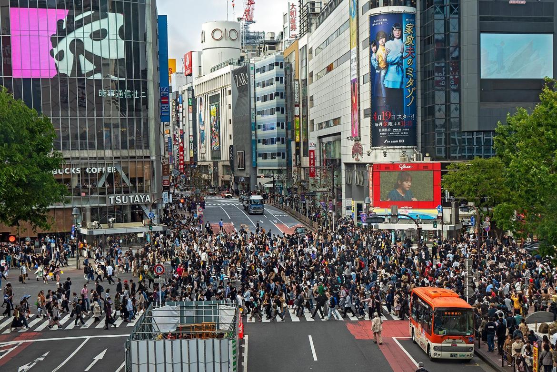 Sehr viele Fußgänger auf Zebrastreifen in Tokyo