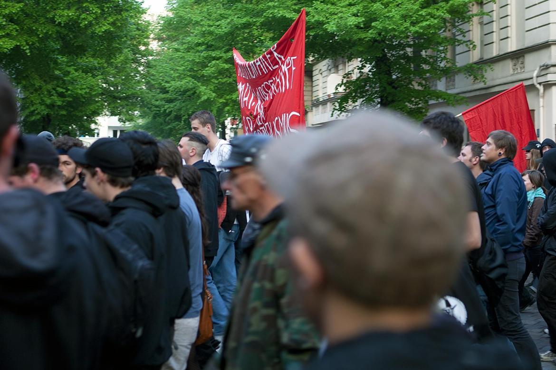 Demozug mit roter Flagge auf der Seite Stadterkundung.com