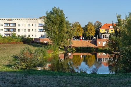 See mit Gebäuden dahinter in der Siedlung des UNESCO Welterbes