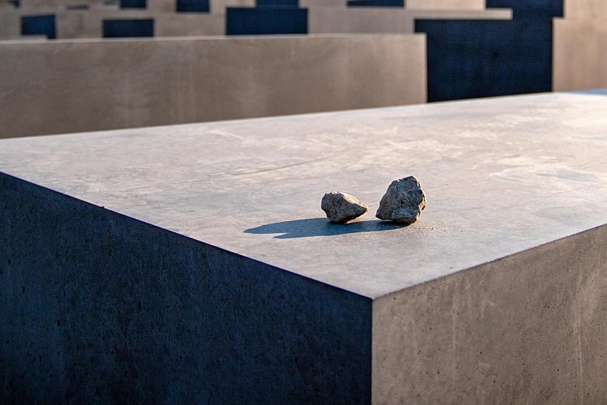 Gedenksteine auf den Steelen auf dem Holocaust Mahnmal in Berlin