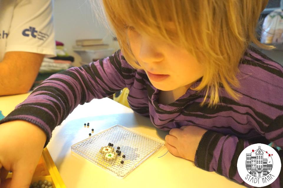 basteln mit kindern selbstgemachte minions ketten und schl sselanh nger diy. Black Bedroom Furniture Sets. Home Design Ideas