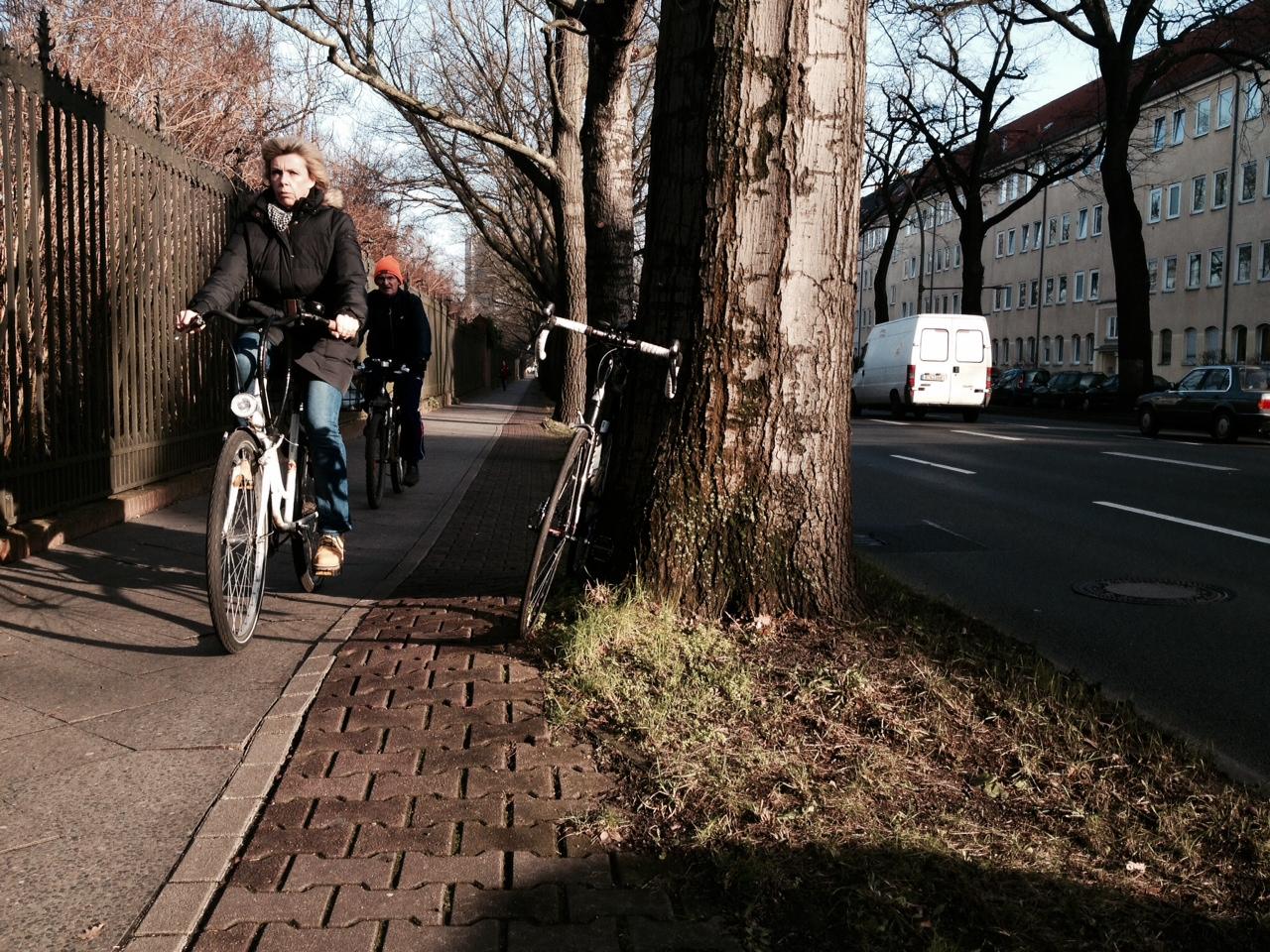 Eng und holprig: eine als Radweg geltende Pflasterstrecke am Botanischen Garten  Link