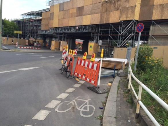 Der Radweg am Nollendorfplatz endet in der Baustellensicherung