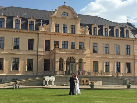 Hochzeitspaar vor dem Schlosshotel in Ribbeck
