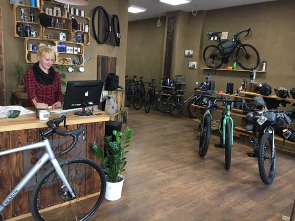 Mitarbeiterin Nadine am Tresen im Fahrradladen Gentle Jaunt