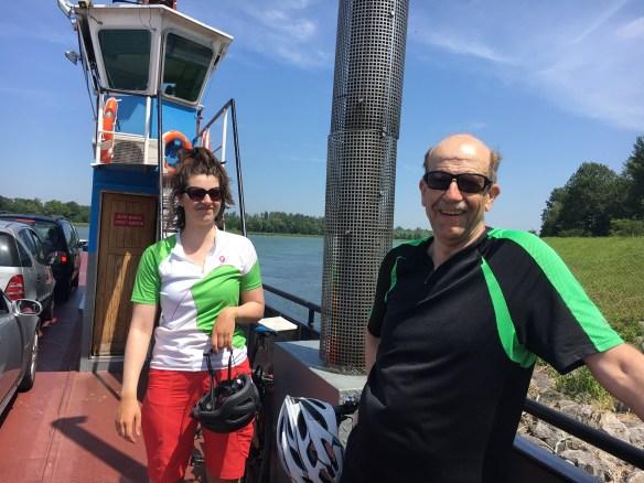 Zwei Radfahrer auf Rheinfähre