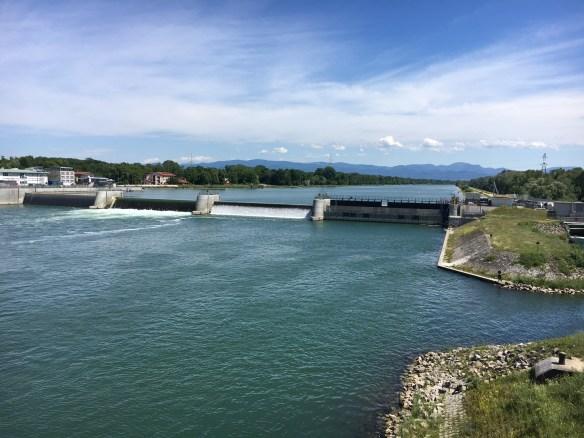 Blick auf den Rhein bei Breisach mit Stauwehr