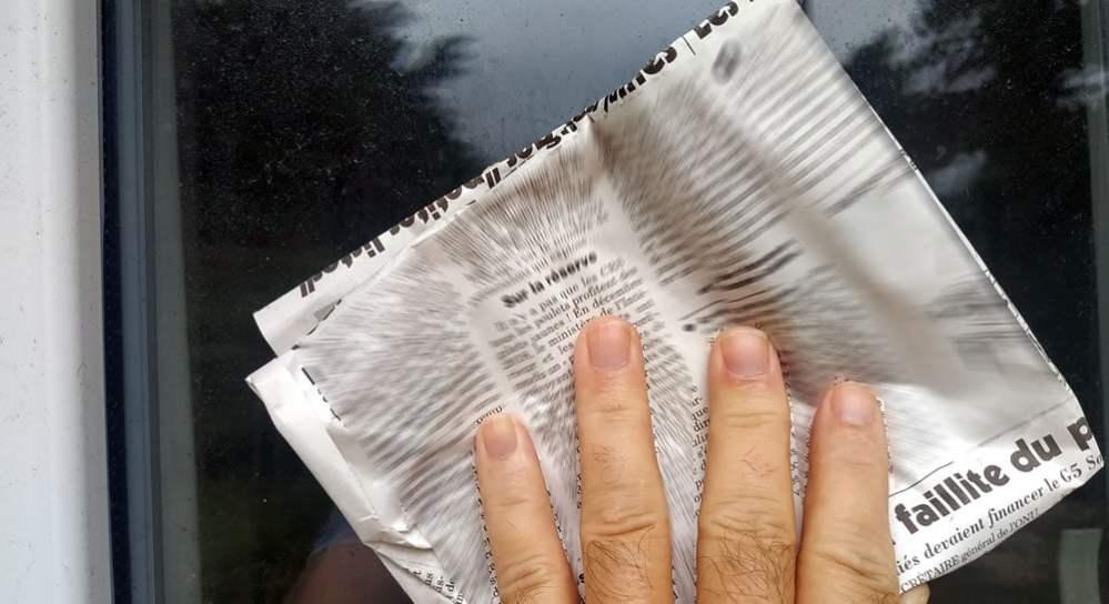 Nettoyage des vitres avec du papier journal