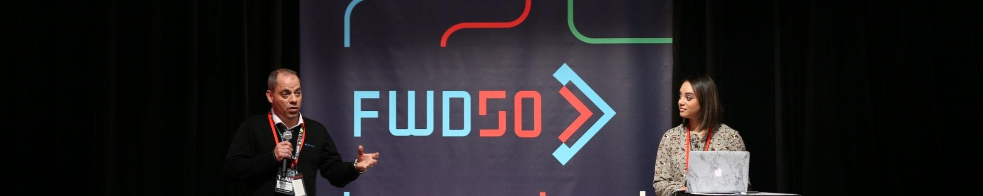 Des conférenciers sur une scène de FWD50
