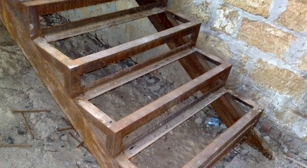 Metal frame for reinforced concrete staircase