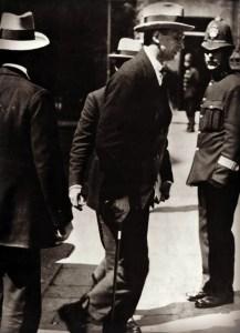 dev-enters-downing-street-1921