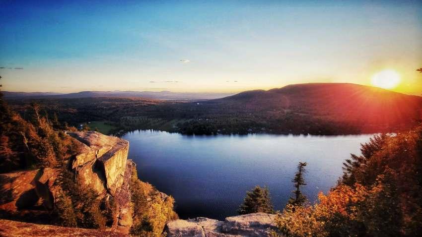 coucher de soleil en automne au quebec au sommet d'une montagne