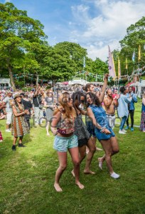 people-dancing-on-the-grass-at-moseley-jazz-funk-soul-festival-hgpcrj