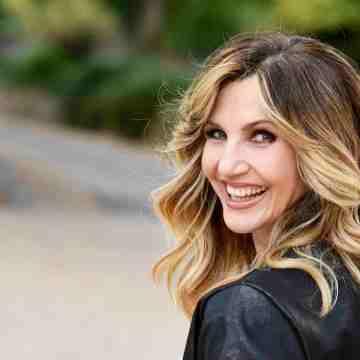 Lorella Cuccarini: un modello che fa incazzare le femministe