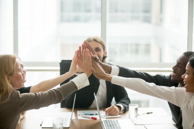 animado-feliz-multiracial-equipe-negocio-dar-alto-cinco-em-reuniao-escritorio_1163-4652