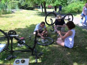 la reparat biciclete, voluntar, alaturi de Bike Kitchen Timisoara