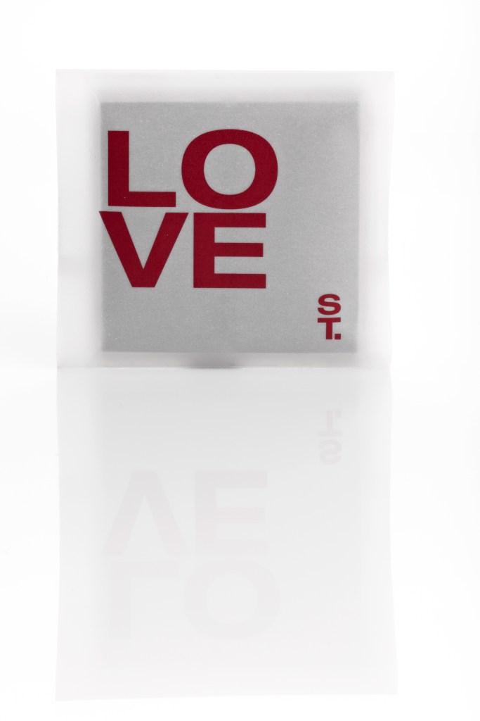 handgefertigte schokoladentafel in edler verpackung mit rotem love schriftzug