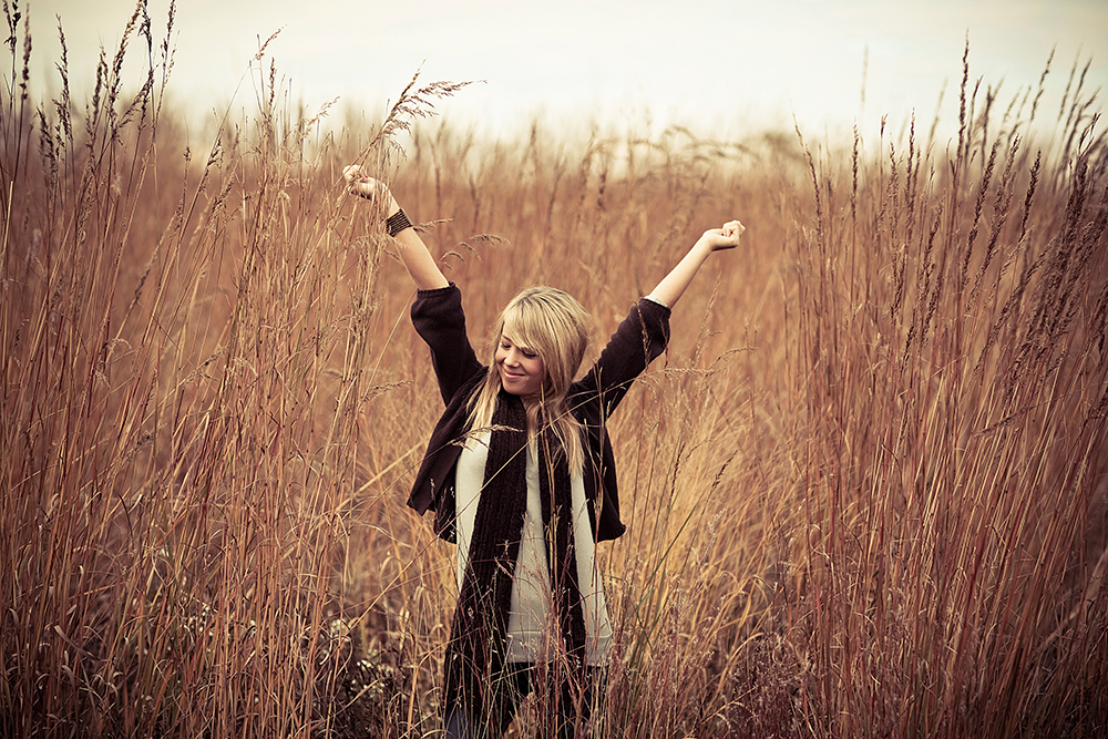 girl_outstretched arms_field