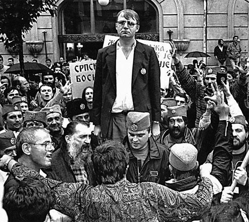Војислав Шешељ са присталицама испред Руског цара 1990. године