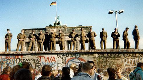 Источнонемачки граничари стоје на делу Берлинског зида испред Брандербуршке капије, 11. новембра 1989. (AFP Photo / Gunther Kern)