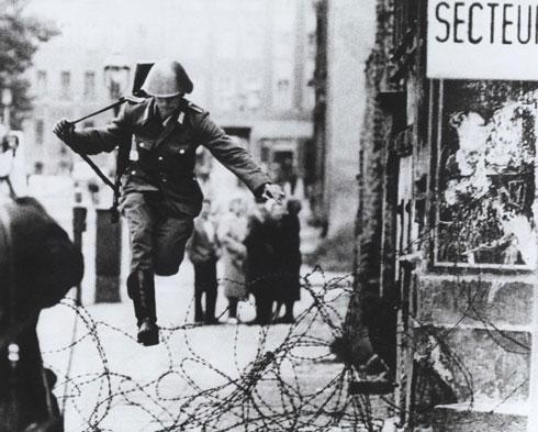 Пребег Конрада Шумана преко бодљикаве жице (flickr.com/The Central Intelligence Agency)