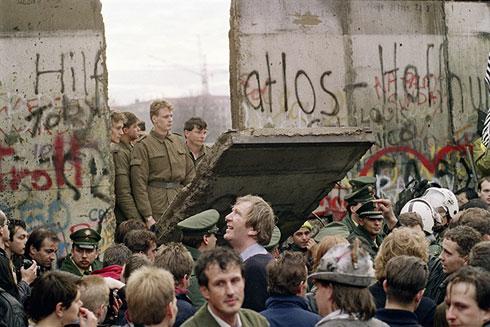 Маса грађана Западног Берлина посматра како источнонемачки граничари отварају нов прелаз између Источног и Западног Берлина, близу Потсдамског трга (AFP Photo / Gerard Malie)