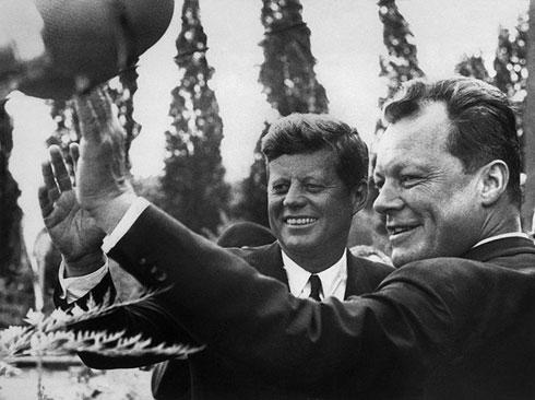Председник САД Џон Ф. Кенеди и градоначелник Западног Берлина Вили Брант 26. јуна 1963.  (AFP Photo)