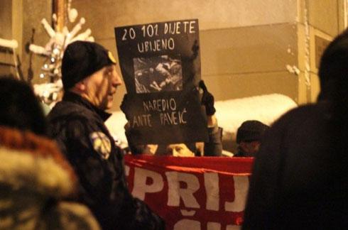Протестанти испред цркве (Извор: Магацин)