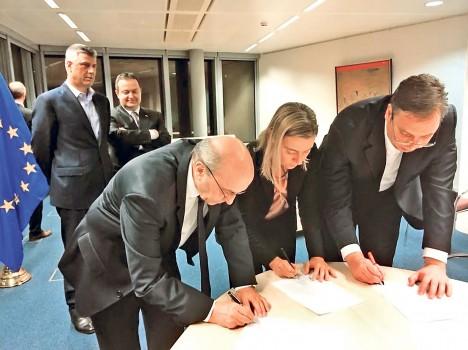 Мустафа, Вучић и Могерини потписују споразум о косовском правосуђу (Фото: Фонет)