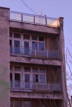Бочни поглед показује сву девастацију ове зграде