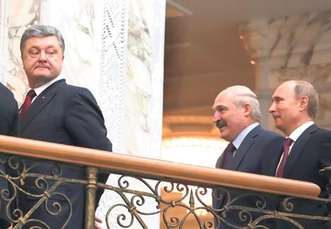 Петро Порошенко испред Александра Лукашенка и Владимира Путина у Минску (Фото: Ројтерс)