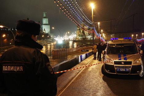 Сарадници полиције на месту убиства Бориса Немцова на Великом москворецком мосту. Фотографија: Михаил Џапаридзе / ТАСС