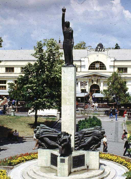 Споменик палим Шумадинцима у Крагујевцу из 1930-их