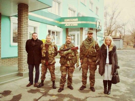 Мануел Оксенрајтер и Драгана Трифковић са војницима из јединице Unite Continentale у Луганску