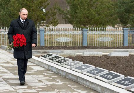 Новгород, 06.04.2015 - руски председник Владимир Путин положио је цвеће на споменик совјетским војницима погинулим у Другом светском рату, на гробљу у селу Марфино, на северозападу Русије