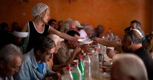 Црквена парохија у предграђу Атине храни сиромашне