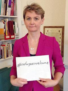 Чланица британске Лабуристичке партије Ивет Купер држи постер добродошлице мигрантима