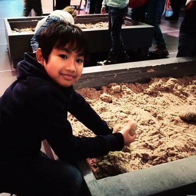 aku suka nih menggali pasir