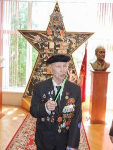 Бывший десантник и бывший учитель Николай Николаевич Вдовин, среди выпускников которого более 800 инженеров