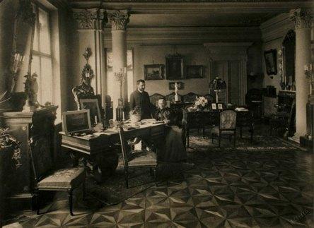 Эльжбета Гуттен-Чапская и Феликс Капер в бывшем кабинете графа Эмерика Гуттен-Чапского, ок. 1900 г.