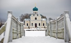 Свято-Никольский храм стоит в живописном месте на берегу озера