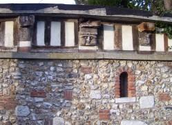 Steingesichter an einer Konstruktion die zum Haus eines Steinmetzes gegenüber Saint-Denis gehört, eigenes Foto, LIzenz CC by