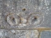 Pilgergraffiti, Brille (?) an der Fassade der Kirche Saint-Pierre. Eigenes Foto, Lizenz: CC by-SA/ Creative Commons Attribution-Share Alike 3.0 Unported
