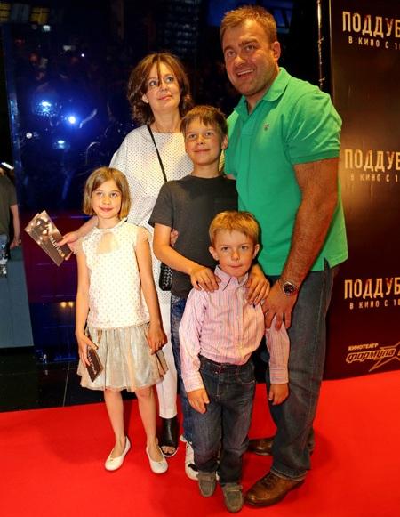 Михаил Пореченков с женой Ольгой и детьми