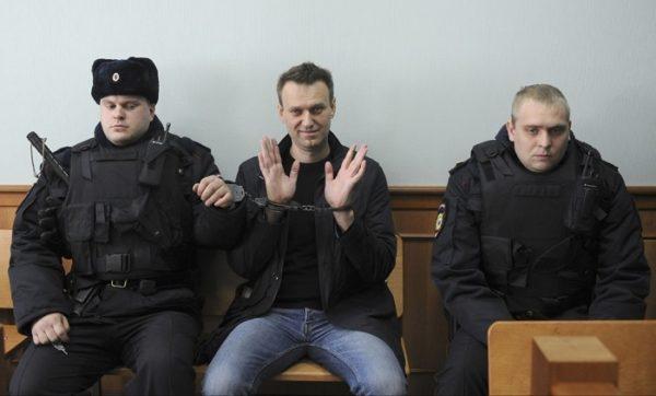 Фото Навального в суде в наручниках