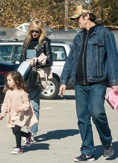 Бениссио дель Торо с женой Кимберли Стюарт и дочерью. Фото