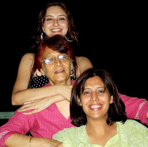 Saumya Tandon with her mother and sister