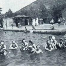 Četvrto otvoreno kupatilo, odnosno basen za plivanje, bilo je u tzv. Činovničkoj koloniji, u neposrednoj blizini Gradskog parka, preko puta od današnje bolnice. Građeno je posle Prvog svetskog rata, 1920. godine, i njime se građanstvo služilo sve dok Vršac nije dobio svoje dosad najveće otvoreno kupatilo – Veštačko jezero.